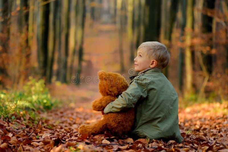Een kleine jongen die in het de herfstpark spelen royalty-vrije stock foto