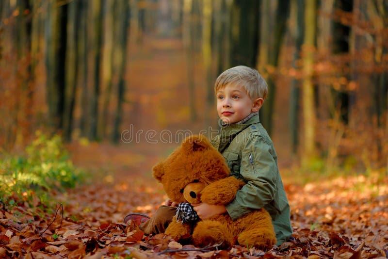 Een kleine jongen die in het de herfstpark spelen royalty-vrije stock afbeeldingen