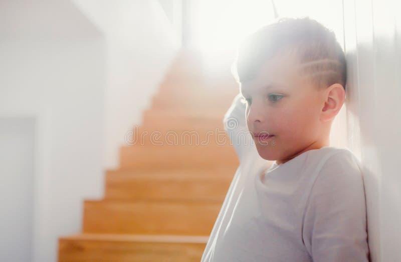 Een kleine jongen die zich binnen door de treden bevinden De ruimte van het exemplaar royalty-vrije stock foto's