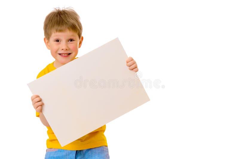 Een kleine jongen kijkt van achter een lege banner royalty-vrije stock foto's