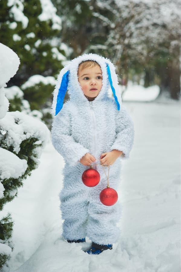 een klein jongetje verkleed als konijn en nieuw jaar stock foto