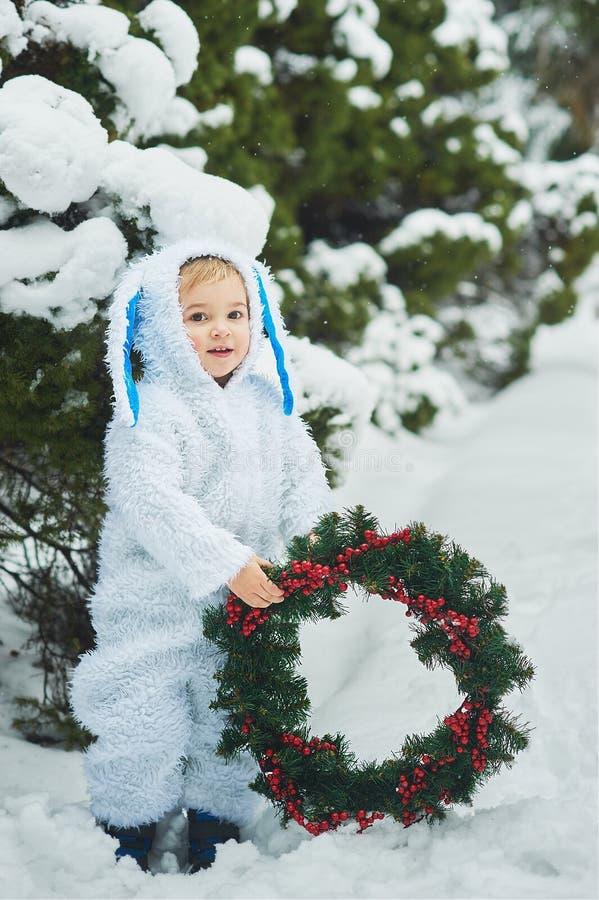 een klein jongetje verkleed als konijn en nieuw jaar royalty-vrije stock fotografie