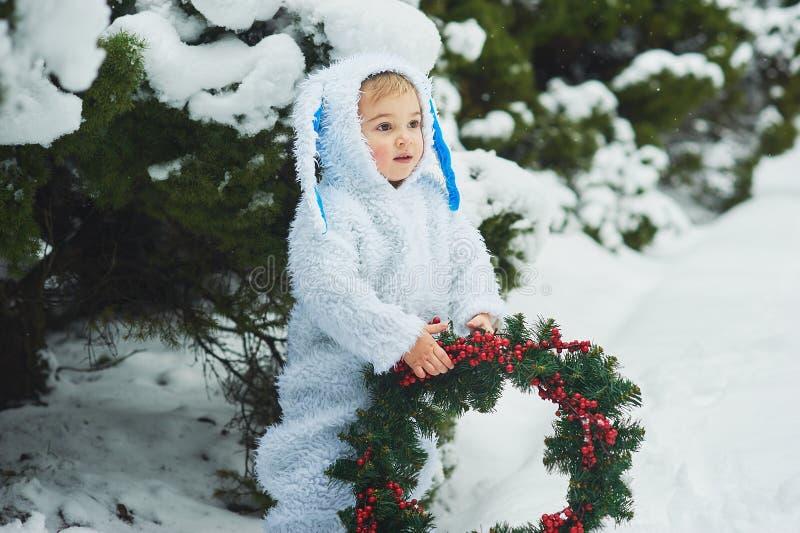 een klein jongetje verkleed als konijn en nieuw jaar royalty-vrije stock foto's