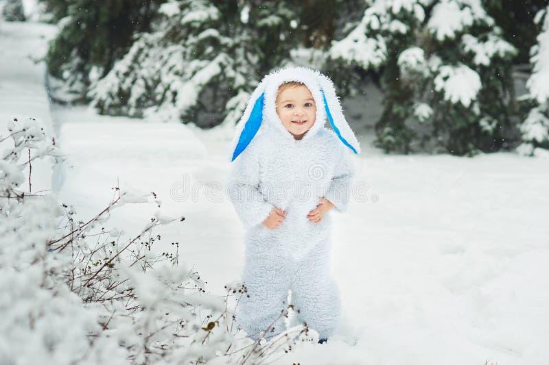 een klein jongetje verkleed als konijn en nieuw jaar stock afbeelding