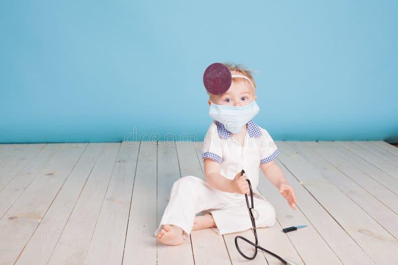Een kleine jongen kleedde zich als arts royalty-vrije stock foto