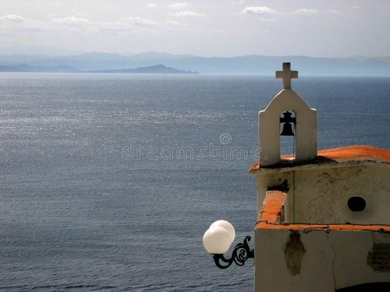 Een kleine kerk boven de overzeese kust stock foto
