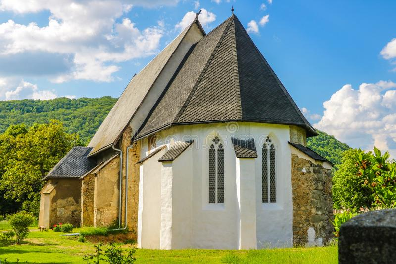 Een kleine kerk in de bergen op een zonnige dag in Slowakije royalty-vrije stock afbeeldingen