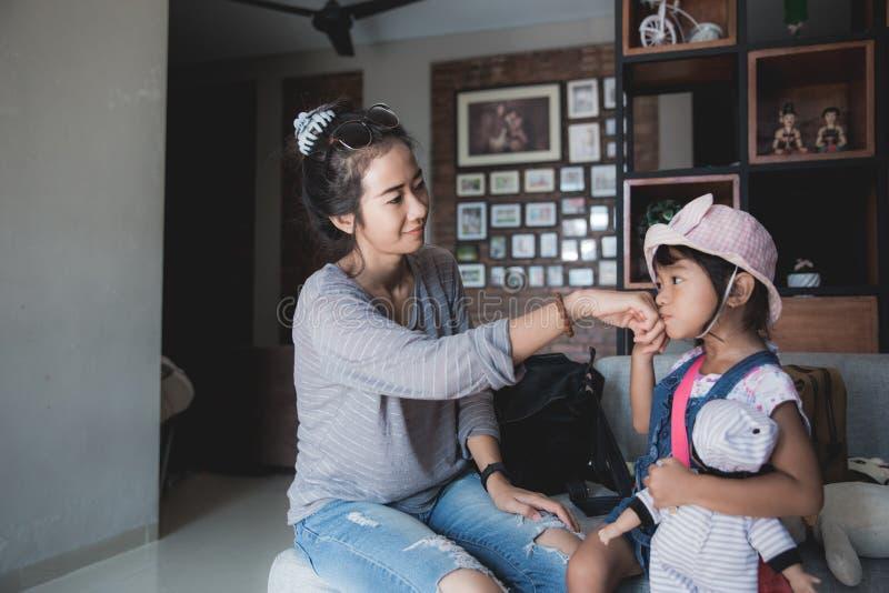 Een kleine meisjesgroet vóór gaat naar school royalty-vrije stock afbeelding