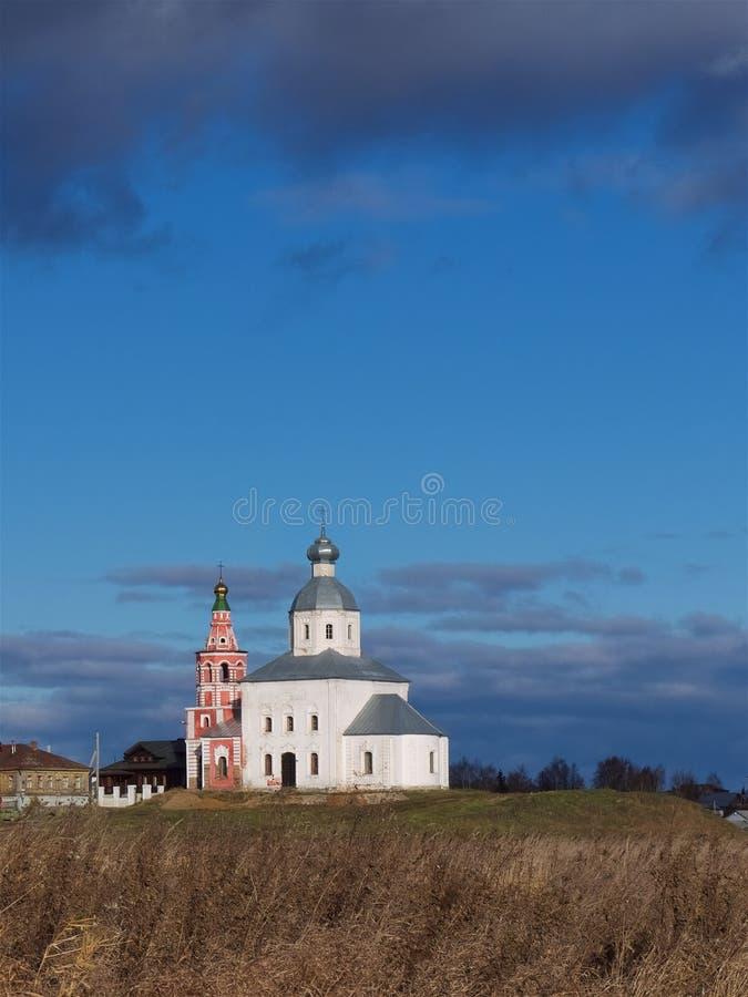 Een kleine Orthodoxe kerk op een heuvel tegen een blauwe hemel royalty-vrije stock afbeelding