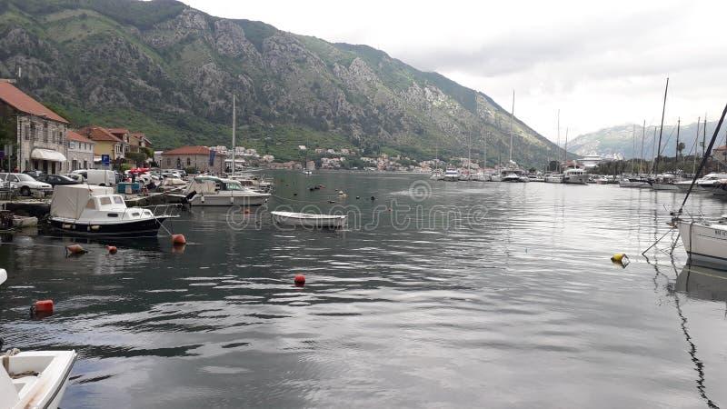 een kleine oude stad op het overzees in Kotor stock afbeeldingen