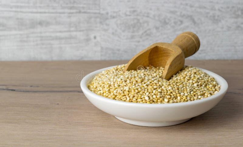 Een kleine plaat van quinoa zaden stock fotografie