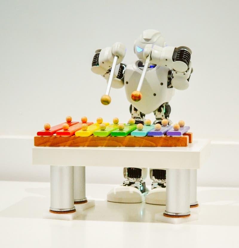 Een kleine robotspelen op xylofoon dichte omhooggaand stock foto's
