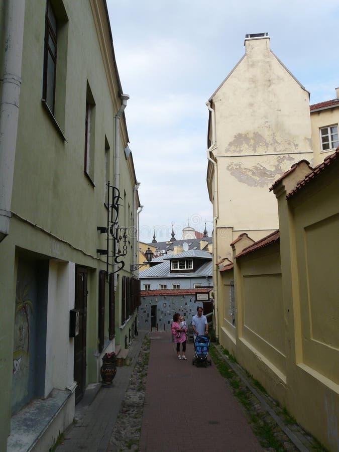 Een kleine schilderachtige smalle straat van Oude Stad Vilnius litouwen stock foto