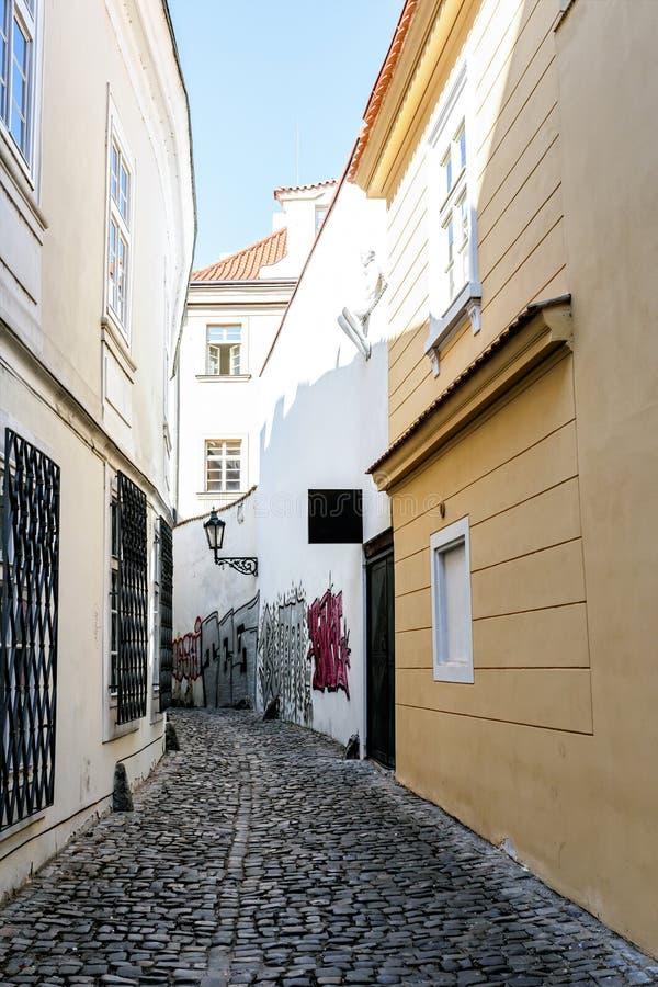 Een kleine smalle straat op het oude stadsgebied van Praag royalty-vrije stock afbeelding