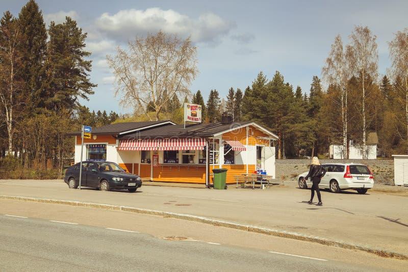 Een kleine stad in Finland, een kant van de wegkoffie, auto's op de weg en winkels De zomerdag van de Finse stad koffie Jaffa stock foto