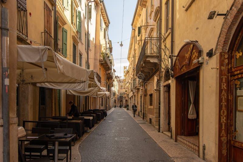 Een kleine steeg in Verona stock fotografie