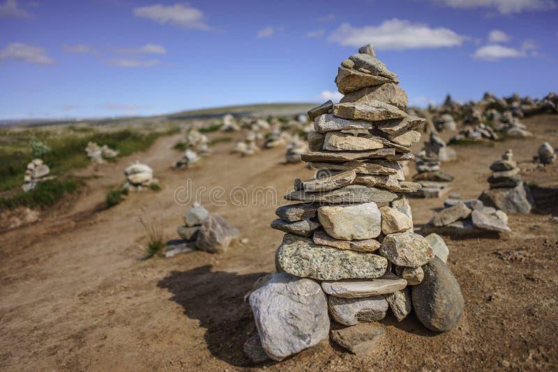 Een kleine steenhoop bij de Noordpoolcirkel in Noorwegen stock afbeelding