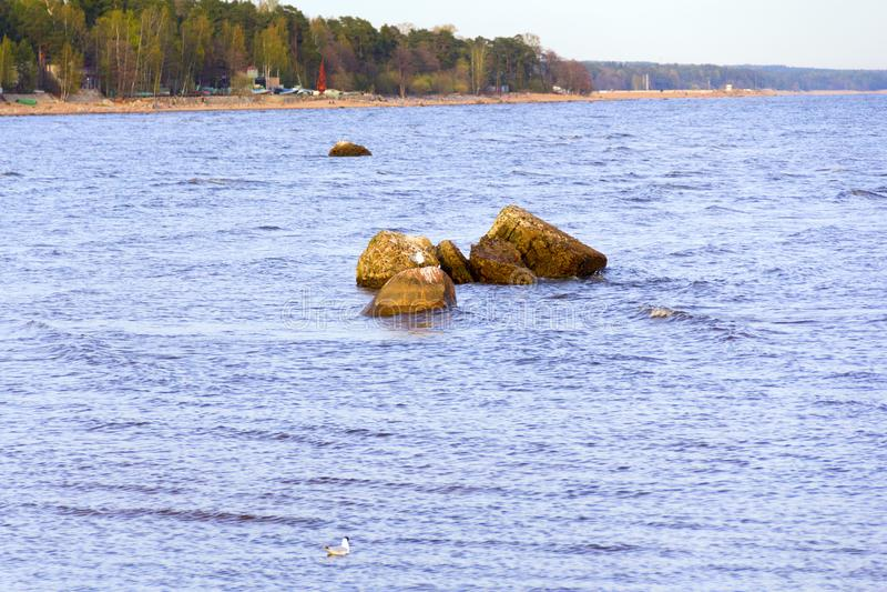Een kleine steenrand op het water stock foto