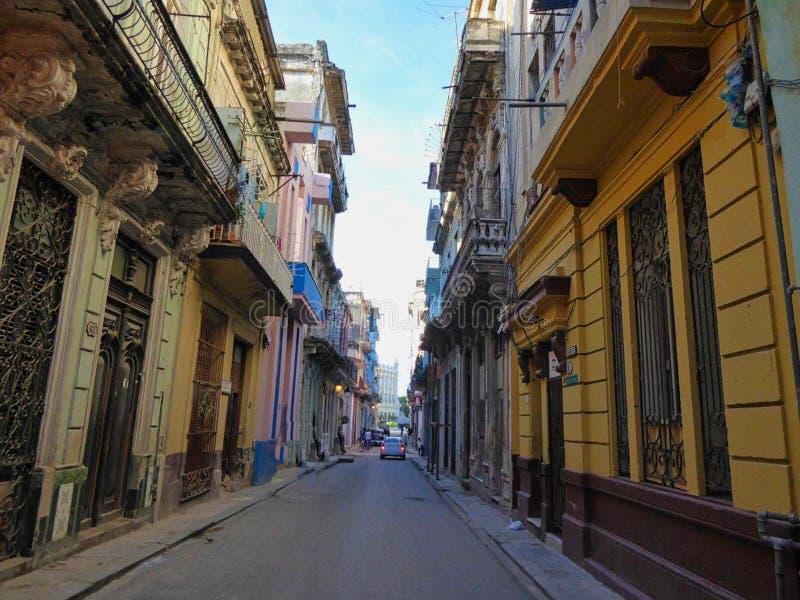 een kleine straat in Cuba stock afbeeldingen