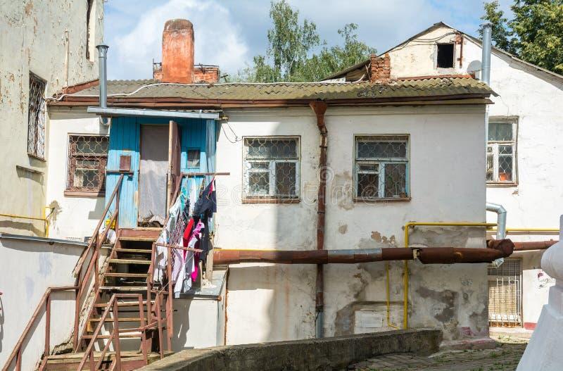 Een kleine woning van armen in Mogilev wit-rusland stock afbeelding