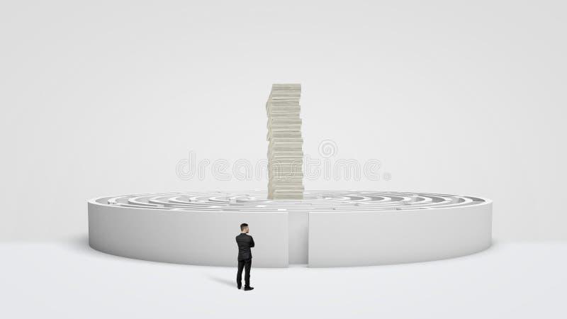 Een kleine zakenman die zich voor een wit rond labyrint bevinden waar een reusachtige stapel van geld torens op het centrum factu stock fotografie