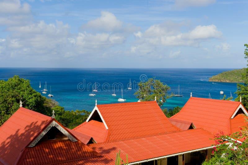 Een kleurrijk dak die de baai van admiraliteit, bequia overzien stock fotografie