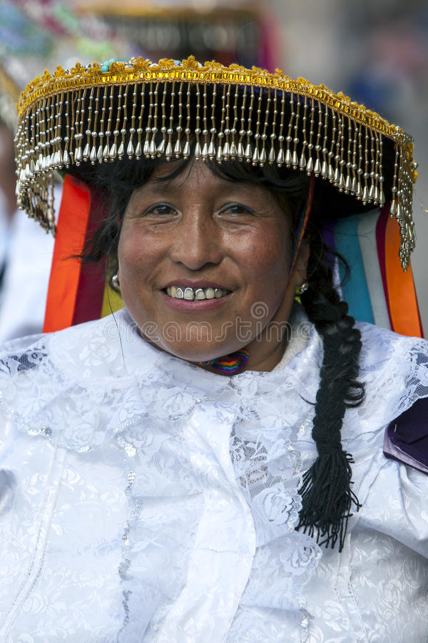 Een kleurrijk geklede dame in een Cusco-straat tijdens de Meidagparade in Peru stock fotografie