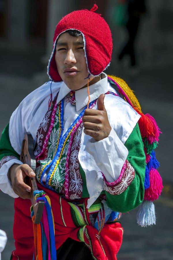 Een kleurrijk geklede jongen presteert onderaan een Cusco-straat tijdens de Meidagparade in Peru royalty-vrije stock foto