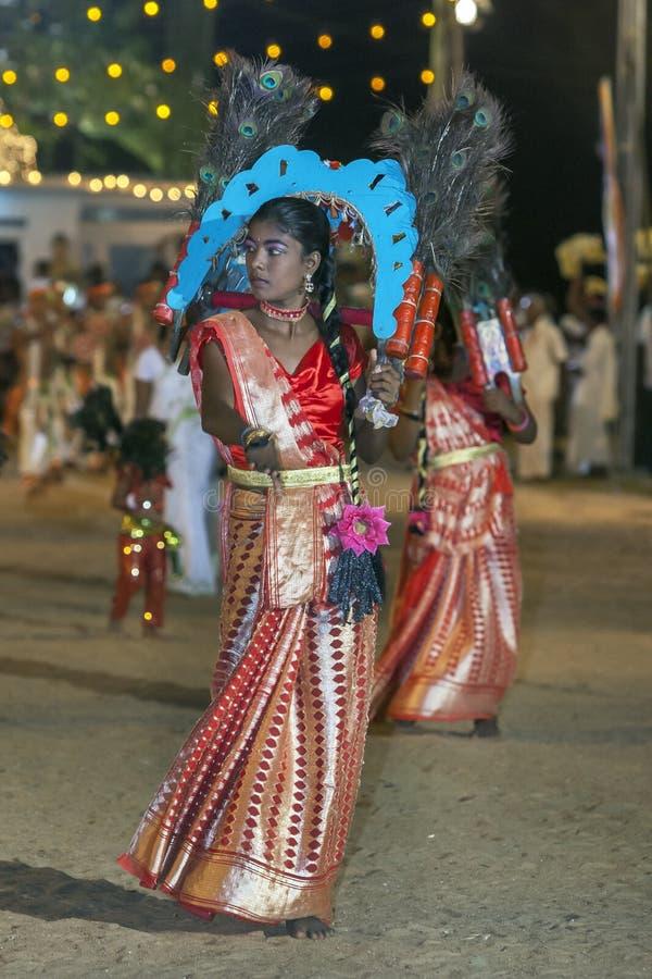 Een kleurrijk geklede Pauwdanser neemt aan het Kataragama-Festival in Sri Lanka deel royalty-vrije stock fotografie