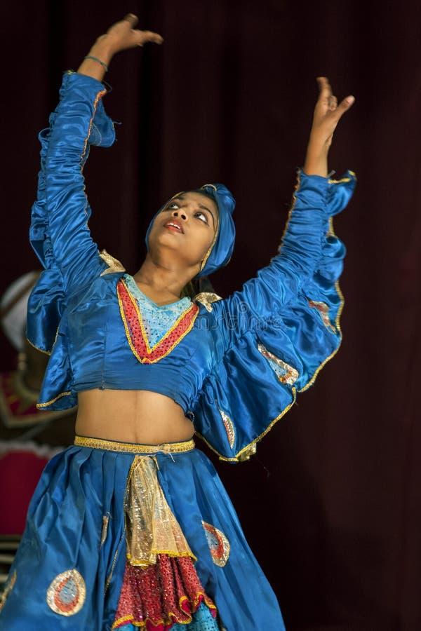 Een kleurrijk geklede vrouwelijke uitvoerder bij de het theaterprestaties van Esala Perahera in Kandy, Sri Lanka royalty-vrije stock foto's