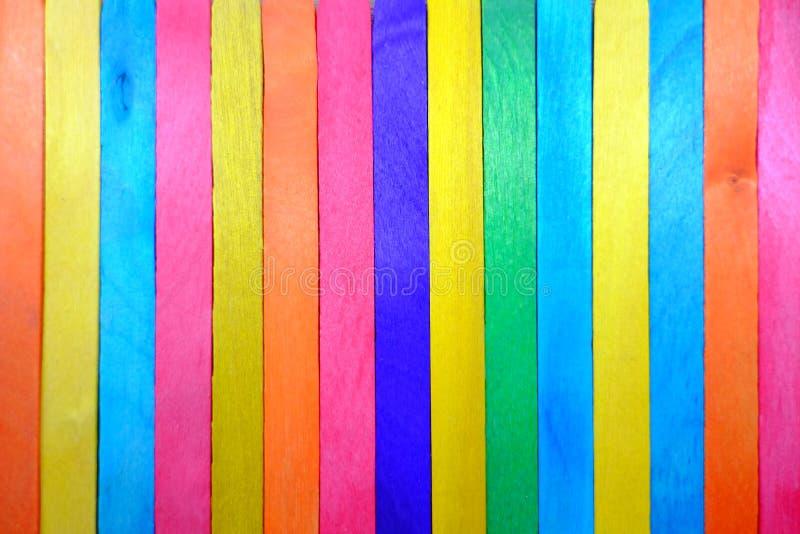 Een kleurrijke achtergrond of een textuur maakte van veel hout stock afbeelding