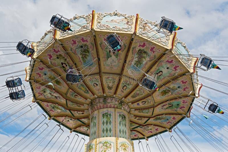 Een kleurrijke carrousel in het pretpark stock fotografie