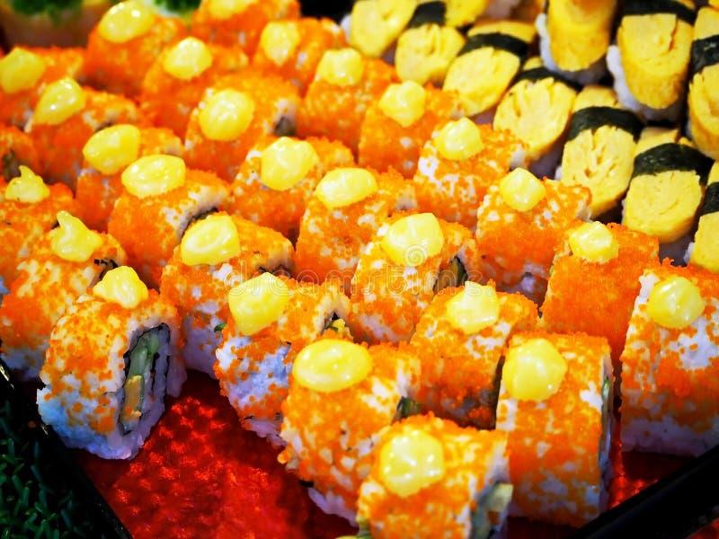 Een Kleurrijke Japanse Sushi bij de Markt stock foto