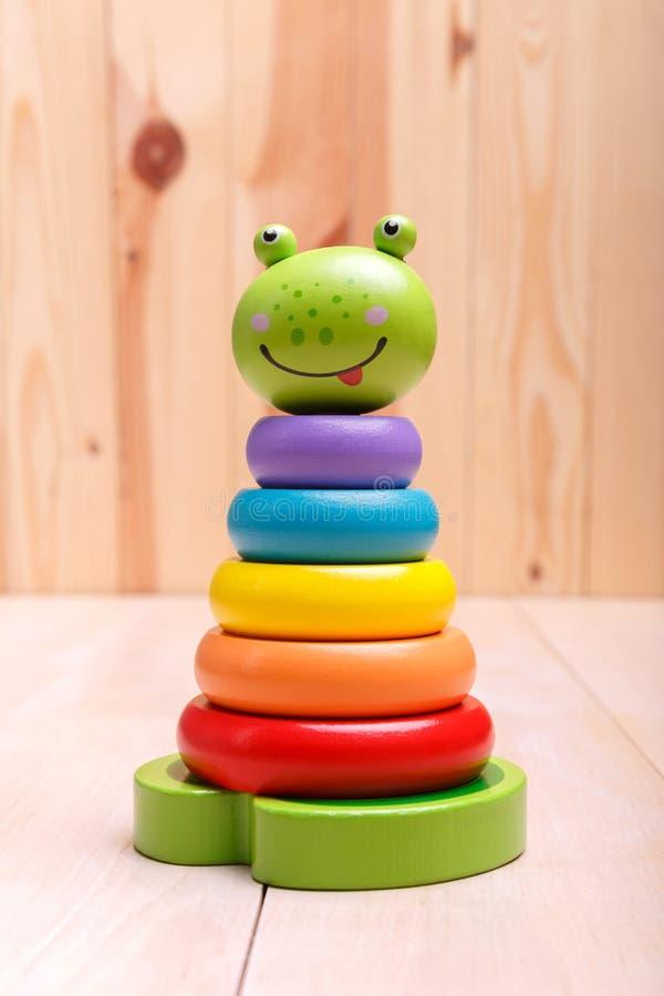 Een kleurrijke kikkerpiramide met cirkels stock afbeelding