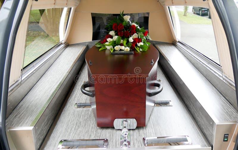 Een kleurrijke kist in een lijkwagen vóór begrafenis stock foto's