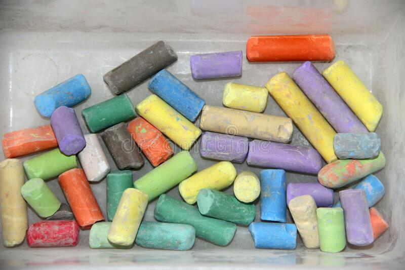 Een kleurrijke krijt op een foto stock foto