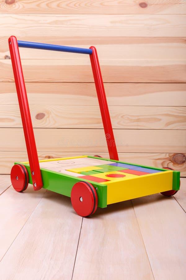 Een kleurrijke lege kruiwagen stock afbeelding