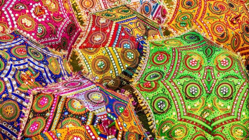 Een kleurrijke scène van sierparasols in India, met trillende kleuren en traditionele patronen stock foto