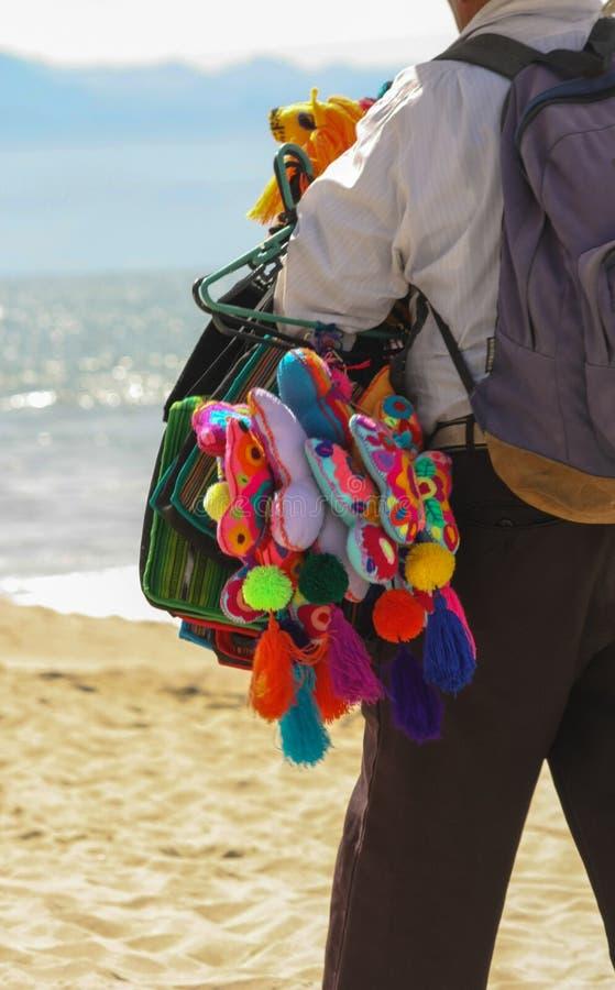 Een Kleurrijke Strandverkoper die Butterflys verkopen stock foto's