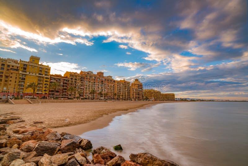 Een kleurrijke zonsondergang op de Middellandse Zee die het comfortabele gebied van Havensaplaya in Valencia overzien spanje stock foto
