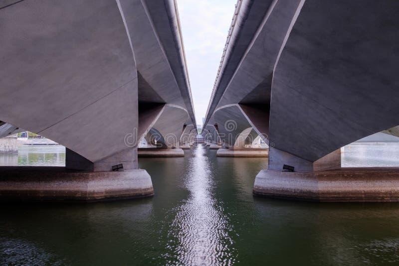 Een klier de grootte van een grote brug over het overzees stock afbeeldingen