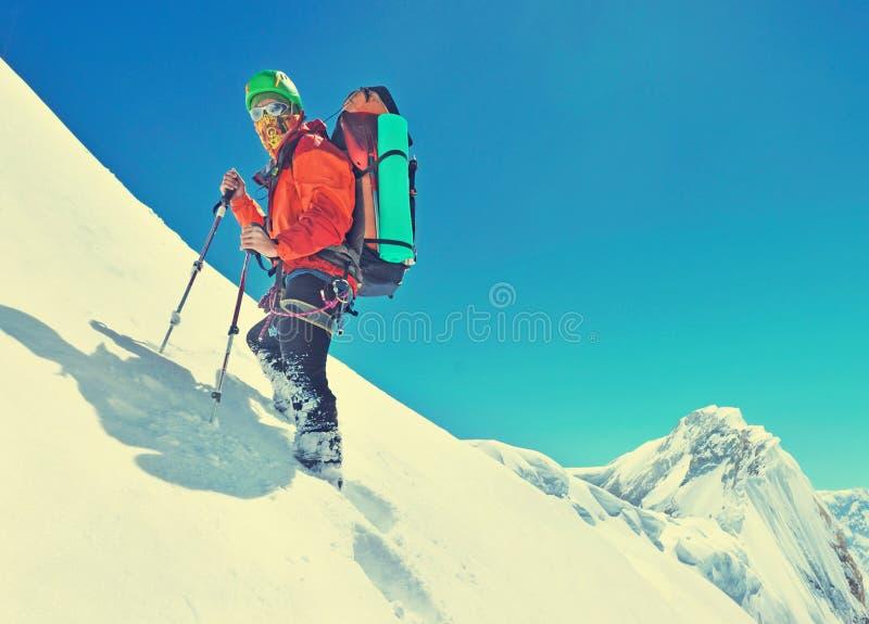 Een klimmer die de top van de berg bereiken Bergbeklimmerspor stock foto's