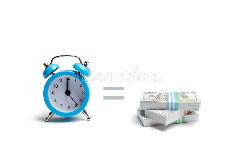Een klok, stapel van geld en het gelijkteken tussen hen op een witte achtergrond Het concept het uitdrukken van tijd is geld plan stock fotografie