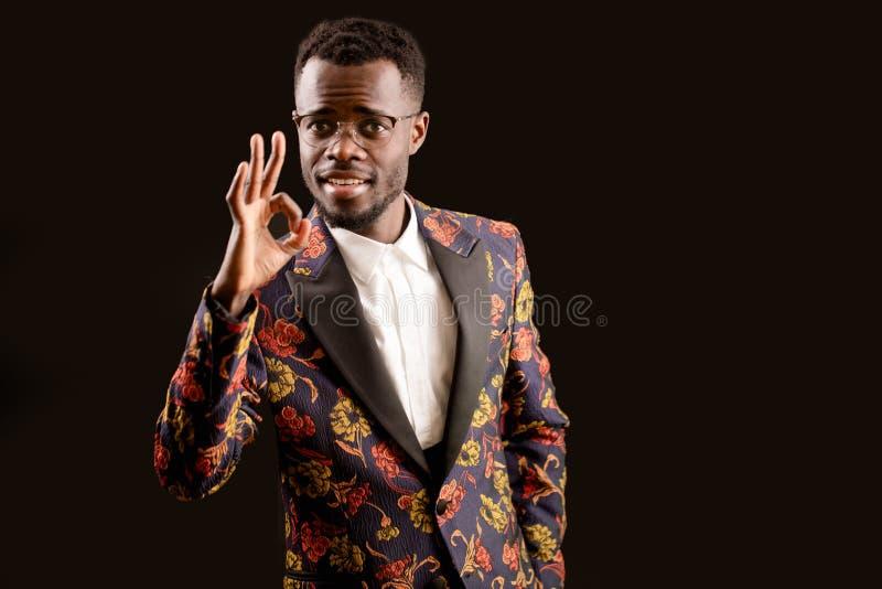 Een knappe Afrikaanse jonge mens die o.k. gebaar tonen stock afbeeldingen