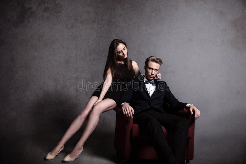 Een knappe man en een mooie vrouw in dark stock foto's