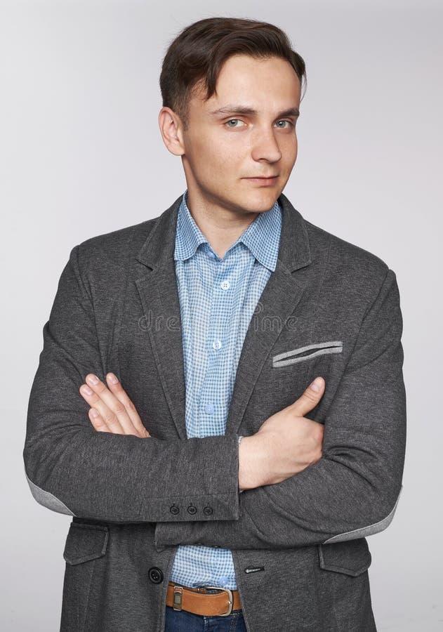 Een knappe man in een stijlvolle kleren royalty-vrije stock afbeelding