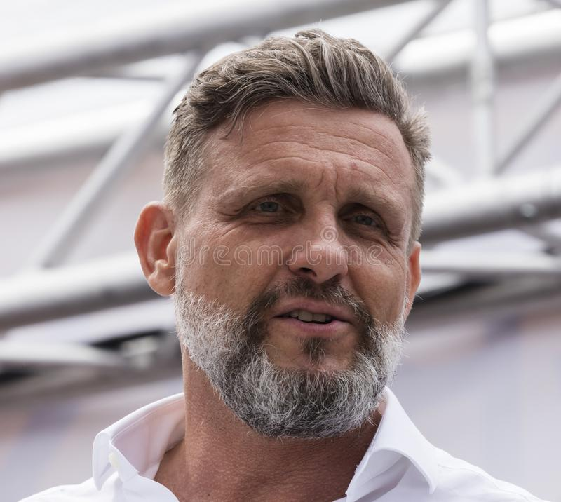 2019: Een knappe oudere mens die de Gay Pride-parade bijwonen die ook als Christopher Street Day-CDD in München, Duitsland wordt  royalty-vrije stock foto's