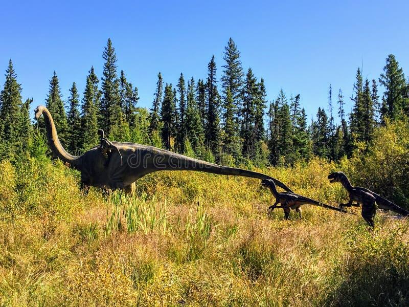 Een koele mening van het leven als, echte met maat dinosaurusvertoning in de bossen van Noordelijke Alberta buiten Edmonton royalty-vrije stock afbeeldingen
