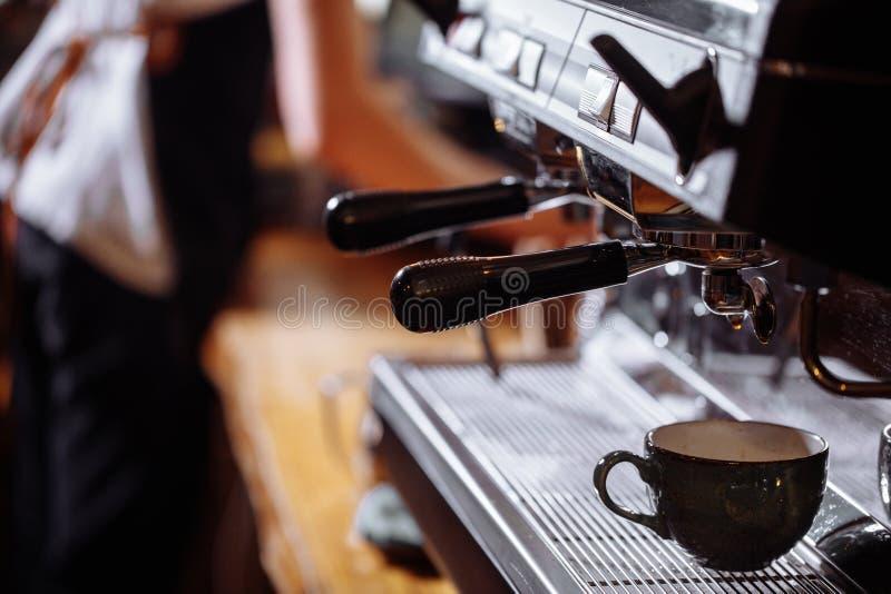 Een koffiezetapparaat met een kop royalty-vrije stock foto's