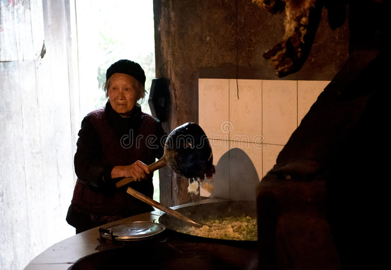 Een kokende Chinese oma stock foto's
